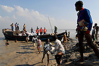 BANGLADESH District Bagerhat , cyclone Sidr and high tide destroy villages in Southkhali at river Balaswar , distribution of relief goods in bags from Saudi Arabia / BANGLADESCH, der Wirbelsturm Zyklon Sidr und eine Sturmflut zerstoeren Doerfer im Kuestengebiet von South Khali , Verteilung von Hilfsguetern aus Saudi-Arabien
