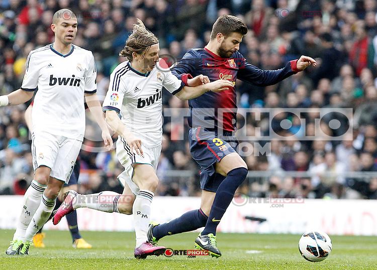 Real Madrid's Luca Modric (l) and FC Barcelona's Gerard Pique during La Liga match.March 02,2013. (ALTERPHOTOS/Acero) /NortePhoto
