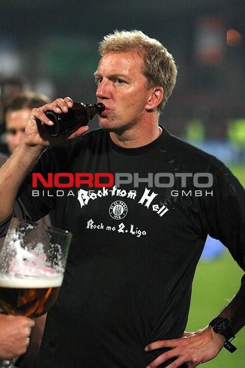 RLN 2006/2007  37. Spieltag Rueckrunde<br /> FC St.Pauli &ndash; vs. Dynamo Dresden 2:2<br /> <br /> St.Pauli Cotrainer Andre Trulsen beim Bier trinken mit Aufstiegs T-Shirt &quot;Rock from Hell - Rock me 2.Liga&quot;. Gibt es gleich eine Bierdusche aus dem Riesenglas ?<br /> <br /> <br /> <br /> Foto: &copy; nph (nordphoto)<br /> <br /> *** Local Caption ***