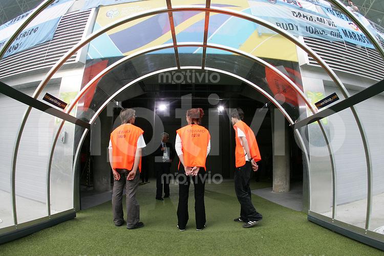 Fussball WM 2006  Achtelfinale   Argentinien - Mexiko , Argentina - Mexico  Sicherheitskraefte im Spielertunnel