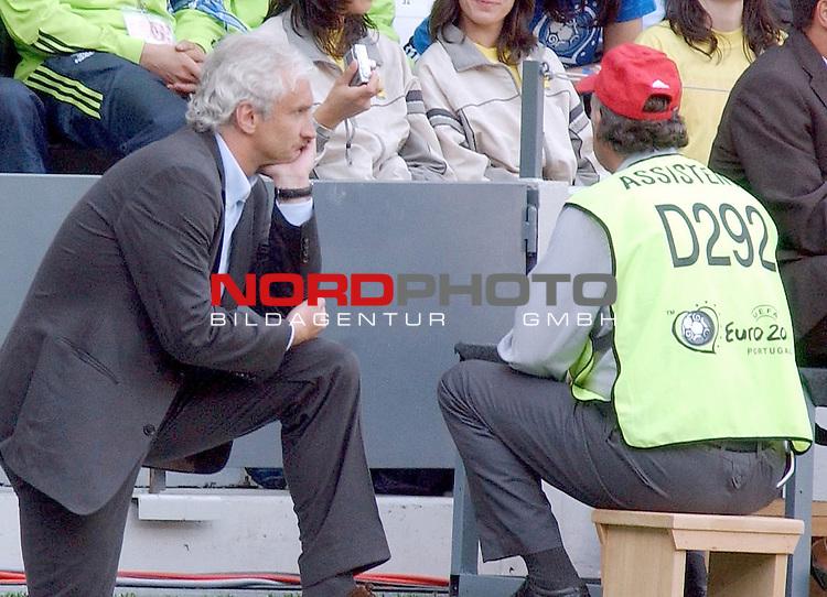 Europameisterschaft 2004 Portugal<br /> <br /> Lettland - Deutschland<br /> <br /> <br /> Deutschlands Trainer Rudi Voeller ist verzweifelt nach dem Unentschieden gegen Lettland.<br /> <br /> Foto &copy; nordphoto