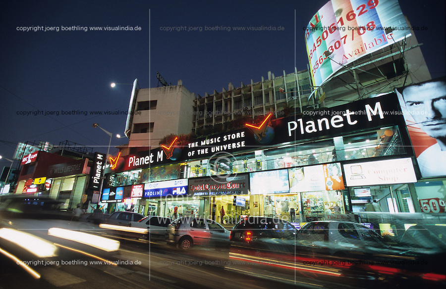 "Asien Indien IND Metropole Megacity Bangalore .Music store Planet M und modernes Einkaufszentrum shopping center in der Brigade road im Zentrum -  Wirtschaft modern Moderne Welt modernes einkaufen shoppen kaufen Kaufkraft Kaufrausch Menschen Freizeit urban urbane Welten Urbanit?t Mittelschicht Mittelklasse Konsum konsumieren Konsumrausch Markt M?rkte Konsumg?ter Geld Spa§ Vergn?gen Einkaufen shoppen shopping K?ufer kaufen Waren Ware G?ter Konsumwelt St?dtewachstum Verst?dterung Gro§stadt Millionenstadt Bev?lkerungswachstum Stadt Wachstum boom boomtown Stadtentwicklung Entwicklung Kontrast k?nstlich Inder indisch  Einkommen Geld modern modernes Handel Einzelhandel Markt Auto Autoverkehr Verkehr Strassenverkehr Nacht nachts Nachtleben nightlife  Licht Lichter Beleuchtung Energie Energieverbrauch Konsumenten Kaufkraft xagndaz | .Asia India Bangalore .modern shopping mall in Brigade ROAD - economy society population growth people middle-class shop money market pleasure consume consumer modern urban contrast fun luxury big city cities megacity metropolis growing development shopping center store money buy spend goods growth boom business retailer night nightlife power energy car traffic .| [ copyright (c) Joerg Boethling / agenda , Veroeffentlichung nur gegen Honorar und Belegexemplar an / publication only with royalties and copy to:  agenda PG   Rothestr. 66   Germany D-22765 Hamburg   ph. ++49 40 391 907 14   e-mail: boethling@agenda-fototext.de   www.agenda-fototext.de   Bank: Hamburger Sparkasse  BLZ 200 505 50  Kto. 1281 120 178   IBAN: DE96 2005 0550 1281 1201 78   BIC: ""HASPDEHH"" ,  WEITERE MOTIVE ZU DIESEM THEMA SIND VORHANDEN!! MORE PICTURES ON THIS SUBJECT AVAILABLE!! INDIA PHOTO Archive: http://www.visualindia.net ] [#0,26,121#]"