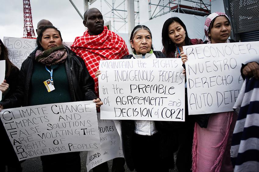 9h22. La journée commence par une manifestation des « peuples indigènes » sur l'avenue des champs Elysées de la COP21. En français, il faut dire peuples autochtones. C'est le terme qui a officiellement été retenu. Qu'ils viennent des États-Unis, du Canada, du Brésil, du Pérou, de l'Équateur, des îles du Pacifique ou d'ailleurs, ils parlent d'une seule et même voix pour défendre leur espace vital. Ils sont les plus touchés par le dérèglement climatique mais ne peuvent accéder aux négociations.  Seuls les parties représentées par un état ont accès officiellement aux négociations.