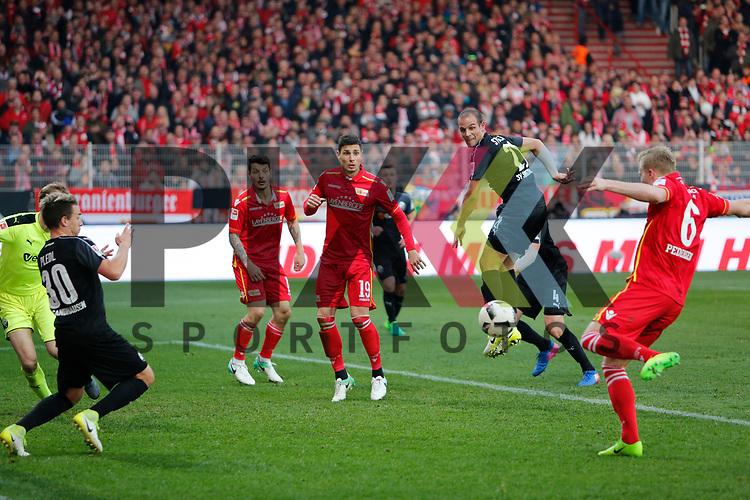 Kristian Pedersen (Union, 6) schie&szlig;t aufs Tor, bereitet das Tor zum 2:0 durch Damir Kreilach (Union, 19) (mitte) vor. beim Spiel in der 2. Bundesliga, 1. FC Union Berlin - SV Sandhausen.<br /> <br /> Foto &copy; PIX-Sportfotos *** Foto ist honorarpflichtig! *** Auf Anfrage in hoeherer Qualitaet/Aufloesung. Belegexemplar erbeten. Veroeffentlichung ausschliesslich fuer journalistisch-publizistische Zwecke. For editorial use only.
