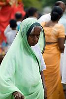 MUS, Mauritius, Savanne, bei Le Pétrin, Grand Bassin: Hindus beten und opfern am heiligen Kratersee Ganga Talao, der laut Legende mit dem heiligen Ganges in Indien verbunden sein soll | MUS, Mauritius, Savanne, near Le Pétrin, Grand Bassin: Hindu praying at holy crater lake Ganga Talao