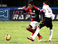 CÚCUTA -COLOMBIA, 28-09-2013. Javier Araujo (I) del Cucuta Deportivo disputa el balón con Hernández (D) de Once Caldas durante partido por la fecha 12 de la Liga Postobon II disputado en el estadio General Santander de la ciudad de Cucuta./ Cucuta Deportivo player  Javier Araujo (L) fights for the ball with Once Caldas player Hernandez (R) during match valid for the date 12 of the Postobon League II at the General Santander Stadium in Cucuta city. Photo: VizzorImage/Manuel Hernandez/STR