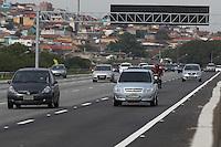 SAO PAULO, SP, 12/10/2013, SAIDA FERIADO. E tranquila a saida do paulistano pela Rodovia Ayrton Senna,para o feriado da padroeira do Brasil.LUIZ GUARNIERI/BRAZIL PHOTO PRESS.