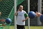 FBL 09/10 Traininglager  Werder Bremen Norderney 2007 Day 03<br /> Konditionstraining Sonntag morgen<br /> <br /> <br /> Thomas Schaaf ( Bremen GER - Trainer  COACH) schaut beim Training zu<br /> <br /> Foto &copy; nph (nordphoto)