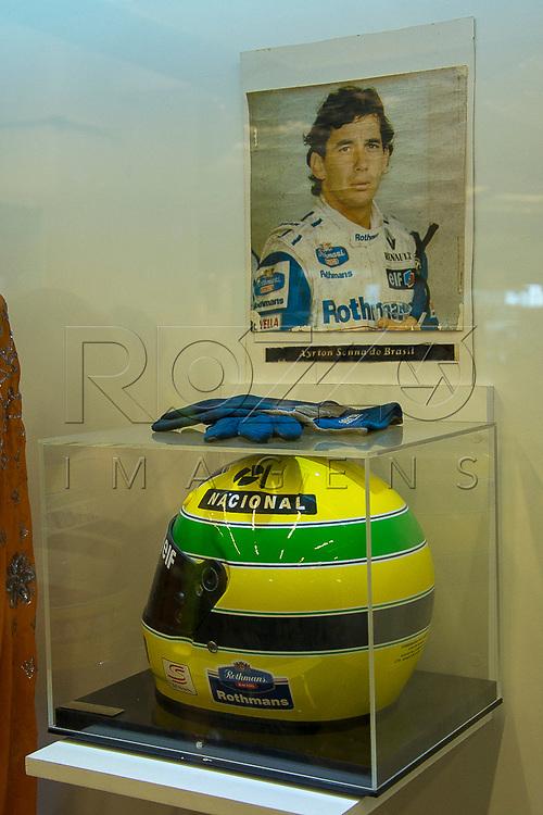 Capacete e luvas do piloto Ayrton Senna na sala das Promessas, Aparecida - SP, 10/2016.
