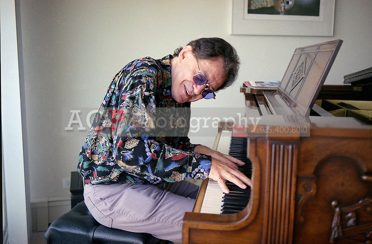 50Ìs teen idol Eddie Fisher plays a tune on a rare Steinway player piano at his 18th floor penthouse overlooking the San Francisco Bay on Dec. 10, 1991. Fisher is enjoying 18 months of sobriety after a lifelong battle with drugs and alcohol. (AP Photo/Alan Greth)