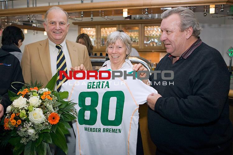 FBL 2008/2009 Werder Bremen<br /> <br /> Berta wird 80 und JŁrgen L. Born Łberreicht ein Triko mit Ihrem Namen und einen Blumenstrauss. Rechts Horst HŲttges.<br /> <br /> Foto &copy; nph (  nordphoto  ) *** Local Caption ***