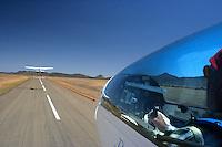 4415 / Flugzeugschlepp: AFRIKA, SUEDAFRIKA, 11.01.2007:Flugplatz Gariepdam, Flugzeugschlepp, Start, Duo Discus, Cessna 182, Asphaltpiste