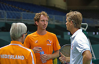 Switserland, Genève, September 16, 2015, Tennis,   Davis Cup, Switserland-Netherlands, Practise Dutch team, Matwe Middelkoop listening to Captain Jan Siemerink (R) and coach Martin Bohm<br /> Photo: Tennisimages/Henk Koster