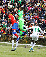 IPIALES-COLOMBIA, 21-09-2019: Geisson Perea de Deportivo Pasto y Juan Cuadrado de Atlético Nacional disputan el balón, durante partido de la fecha 12 entre Deportivo Pasto y Atlético Nacional por la Liga Águila II 2019  jugado en el estadio Municipal de Ipiales de la Ciudad de Ipiales. / Geisson Perea of Deportivo Pasto and Juan Cuadrado of Atletico Nacional figth for the ball, during a match of the 12th date between Deportivo Pasto and Atletico Nacional for the Aguila Leguaje II 2019 played at the Municipal de Ipiales stadium in Ipiales city. Photo: VizzorImage / Leonardo Castro / Cont.