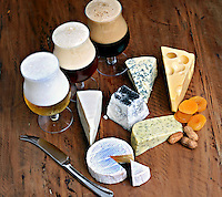Alimentos. Queijo e cervejas. Foto de Marcio Nel Cimatti.