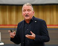 Schiedsrichter Lehrwart Lutz Wagner bei seinem Vortrag im Volkshaus Büttelborn - Büttelborn 11.02.2019: Vortrag von Schiedsrichterlehrwart Lutz Wagner bei der SKV Büttelborn