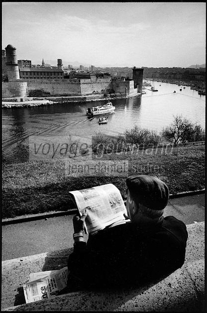 Europe/France/Provence-Alpes-Côte d'Azur/13/Bouches-du-Rhône/Marseille:le Vieux Port depuis le parc du Pharo,homme lisant son journal