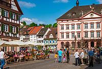Deutschland, Baden-Wuerttemberg, Schwarzwald, Gengenbach im Ortenaukreis: Stadtzentrum mit Eiscafe und Rathaus   Germany, Baden-Wurttemberg, Black Forest, Gengenbach: centre with cafe and townhall