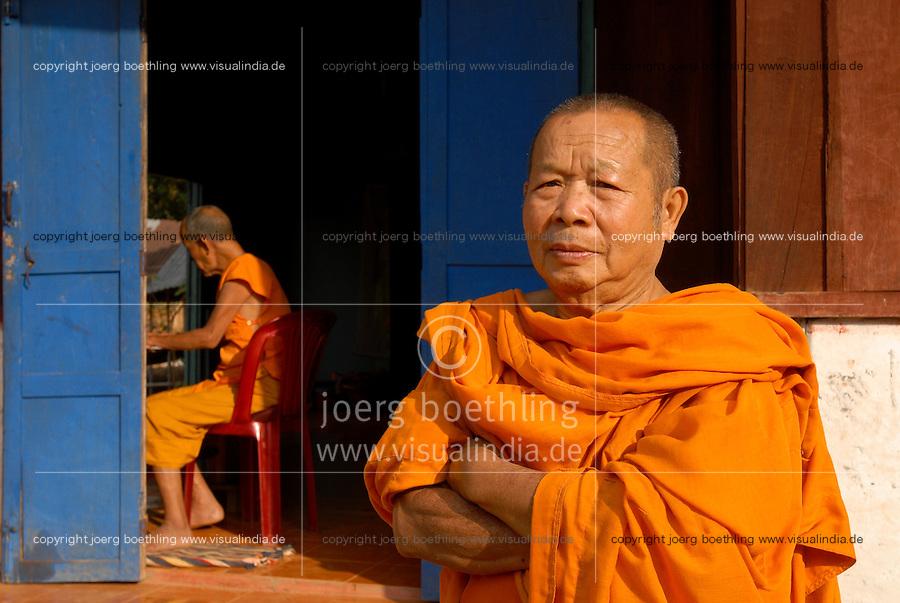 LAOS Nam Ou, village Muang Ngoi, buddhist monks in monastery / LAOS, Nam Ou, Dorf Muang Ngoi, buddhistische Moenche in einem Kloster