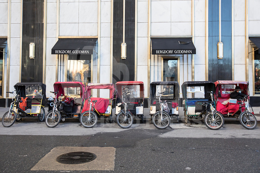 NEW YORK, NY, 19.03.2017 - TURISMO-NEW YORK  - Bicicletas que transportam turistas são vistas na Quinta Avenida em Manhattan na cidade de New York neste domingo, 19.(Foto: Vanessa Carvalho/Brazil Photo Press)
