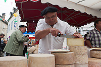 Europe/France/Aquitaine/64/Pyrénées-Atlantiques/Pays-Basque/Tardets-Sorholus: Lors de la traditionnelle foire au fromage Ossau-Iraty [Non destiné à un usage publicitaire - Not intended for an advertising use]