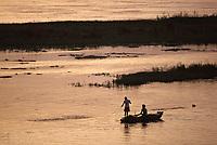 Afrique/Egypte: barque de pêcheurs  sur le Nil au soleil couchant