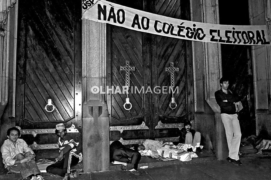 Noite de Vigília da campanha por eleições Diretas Já. Praça da Sé. SP. 1984. Foto de Juca Martins.