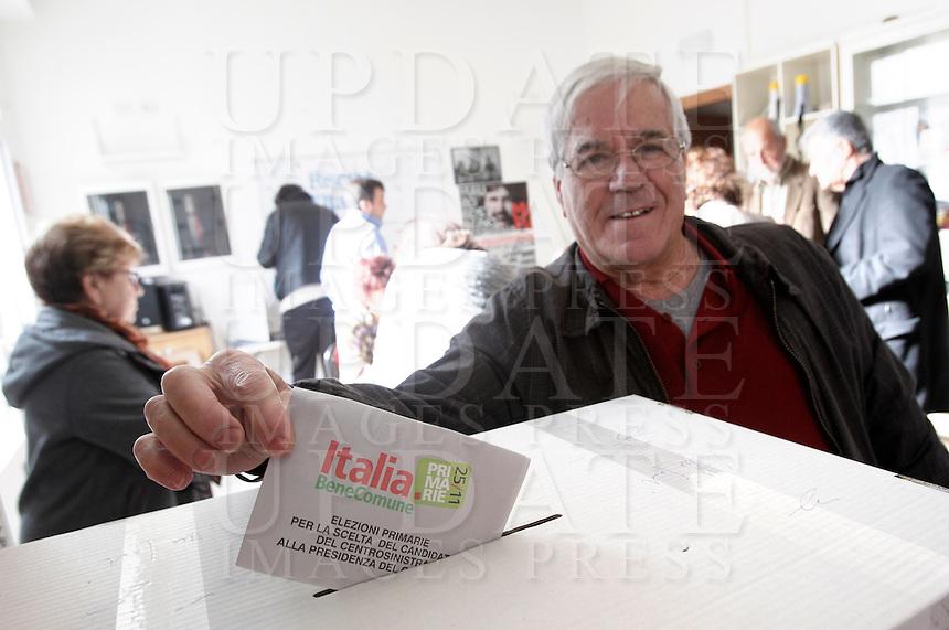 Un elettore della coalizione di centrosinistra vota per eleggere il candidato premier in occasione delle elezioni primarie, presso un circolo di Sinistra e Liberta' a Testaccio, Roma, 25 novembre 2012..An Italian center-left coalition voter casts his ballot in occasion of primary elections to vote his candidate premier, at a Left and Freedom (SeL) party's local branch in Rome, 25 November 2012..UPDATE IMAGES PRESS/Riccardo De Luca
