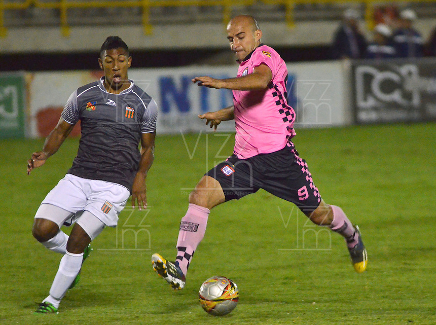 TUNJA -COLOMBIA-26-ABRIL-2016.Edwards Jimenez  de Boyacá Chico disputa el balón con el  Envigado FC  durante partido por la fecha 15 de Liga Águila I 2016 jugado en el estadio La Independencia./Edwards Jimenez of Boyacá Chico fights for the ball with  Envigado FC during the match for the date 15 of the Aguila League I 2016 played at La Independencia stadium in Tunja. Photo: VizzorImage / César Melgarejo  / Contribuidor