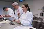Igor Zalacain(L), Xabi Gutierrez (C) Elena Arzak (R) en la Masterclass en el Basque Culinary Center