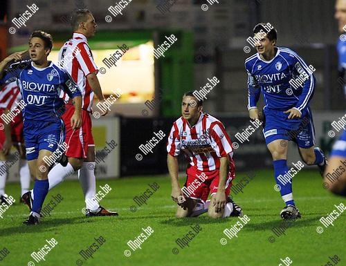 2009-11-14 / Voetbal / seizoen 2009-2010 / Hoogstraten VV - Coxyde / Bij de 0-1 kreeg Coxyde de verdedigers van Hoogstraten letterlijk op de knieën..foto: mpics