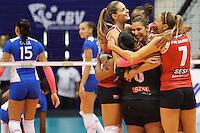 RIO DE JANEIRO, 27.04.2014 -  Jogadoras da equipe SESI (SP) comemoram um ponto no terceiro set durante a final da Liga 2013/2014 disputada neste domingo no Maracanazinho. (Foto: Néstor J. Beremblum / Brazil Photo Press)