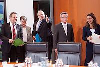 Berlin, Landwirtschaftsminister Hans-Peter Friedrich (CSU, v.l.), Bundesumweltministerin Barbara Hendricks (SPD), Kanzleramtsminister Peter Altmaier (CDU), Bundesinnenminister Thomas de Maiziere (CDU), und die Staatsministerin f&uuml;r Migration, Fl&uuml;chtlinge und Integration, Aydan &Ouml;zoguz (SPD), am Dienstag (17.12.13) im Bundeskanzleramt bei der ersten Kabinettssitzung der neuen Bundesregierung.<br /> Foto: Steffi Loos/CommonLens