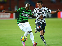 MEDELLIN - COLOMBIA -07-09-2014: John Valoy (Izq.) jugador de Atletico Nacional disputa el balón con David Oltolina (Der.) jugador de Boyaca Chico FC durante partido entre Atletico Nacional y Boyaca Chico FC por fecha 8 de la de la Liga Postobon II 2014, jugado en el estadio Atanasio Girardot de la ciudad de Medellin. / John Valoy (L), player of Atletico Nacional fights for the ball with David Oltolina (R) player of Boyaca Chico FC during a match for the between Atletico Nacional and Envigado FC for the date 8 of the Liga Postobon II 2014 at the Atanasio Girardot stadium in Medellin city. Photo: VizzorImage. / Luis Rios / Str.