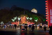 Gente festeggia in una piazza del centro durante il giorno di chiusura del Festival delle lanterne.<br /> People celebrate the Lantern Festival.