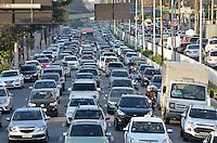 SÃO PAULO, SP, 14.08.2015 – TRÂNSITO-SP - Transito congestionado na Av. Moreira Guimarães, próximo ao aeroporto de Congonhas, zona sul de São Paulo na tarde desta sexta feira. (Foto: Levi Bianco/Brazil Photo Press)