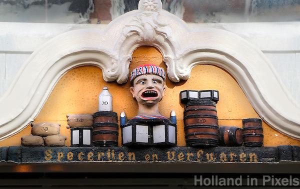 Zwolle. Gevelsteen boven een deur in Zwolle. Hier werden vroeger specerijen en verfwaren verkocht.
