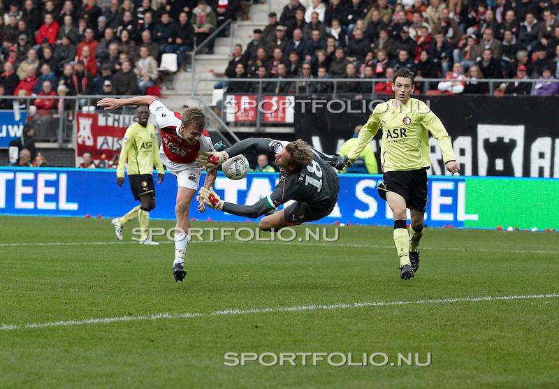 Nederland, Alkmaar, 31 oktober 2010 .Eredivisie .Seizoen 2010-2011 .AZ-Feyenoord (2-1) .Pontus Wernbloom (2e van l) van AZ kopt de bal tegen keeper Rob van Dijk van Feyenoord aan