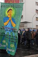 ROMA,12 MARZO 2005. PIAZZALE CLODIO.PRESIDIO DAVANTI IL TRIBUNALE DI SENZA CASA, PRECARI, STUDENTI, MIGRANTI E SOCIETA' CIVILE DURANTE L'UDIENZA PRELIMINARE PER LE AZIONI DEL 6 NOVEMBRE 2004( AUTORIDUZIONE SUPERMERCATO PANORAMA, E LIBRERIA FELTRINELLI)IN SOLIDARIETA' CON GLI IMPUTATI.NELLA FOTO:SAN PRECARIO.FOTO SIMONA GRANATI