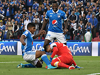 BOGOTA - COLOMBIA - 16 - 07 - 2017: Harold Mosquera (Izq.) jugador de Millonarios disputa el balón con Leandro Castellanos (Der.) portero de Independiente Santa Fe, durante partido de la fecha 2 entre Millonarios y el Independiente Santa Fe, por la Liga Aguila II-2017, jugado en el estadio Nemesio Camacho El Campin de la ciudad de Bogota. / Harold Mosquera (L) player of Millonarios vies for the ball with Leandro Castellanos (R) goalkeeper of Independiente Santa Fe, during a match of the date 2nd between Millonarios and Independiente Santa Fe, for the Liga Aguila II-2017 played at the Nemesio Camacho El Campin Stadium in Bogota city, Photo: VizzorImage / Luis Ramirez / Staff.