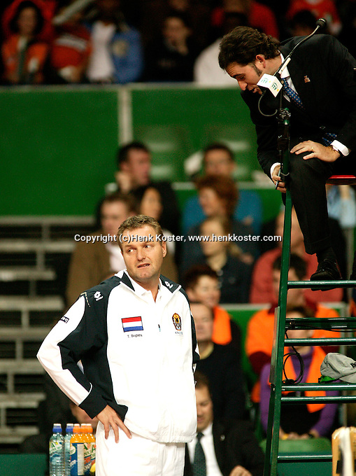 10-2-06, Netherlands, tennis, Amsterdam, Daviscup.Netherlands Russia, Dutch captain discusses a line call with the umpire