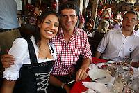 FUSSBALL 1. BUNDESLIGA   SAISON 2011/2012 Die Mannschaft des FC Bayern Muenchen besucht das Oktoberfest am 02.11.2011 Mario Gomez mit Frau Silvia (FC Bayern Muenchen)