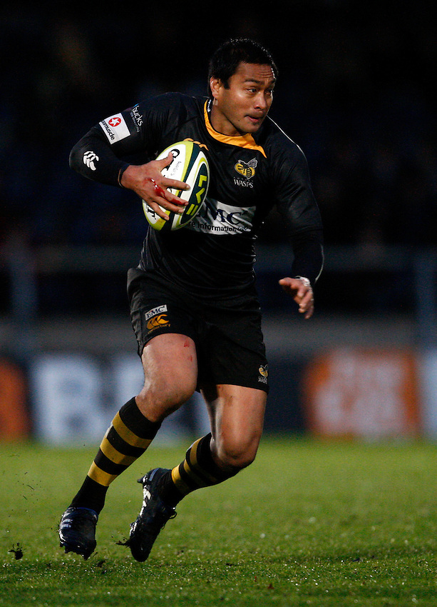 Photo: Richard Lane/Richard Lane Photography. London Wasps v Bath Rugby. LV=Cup. 14/11/2010. Wasps' Steve Kefu attacks.