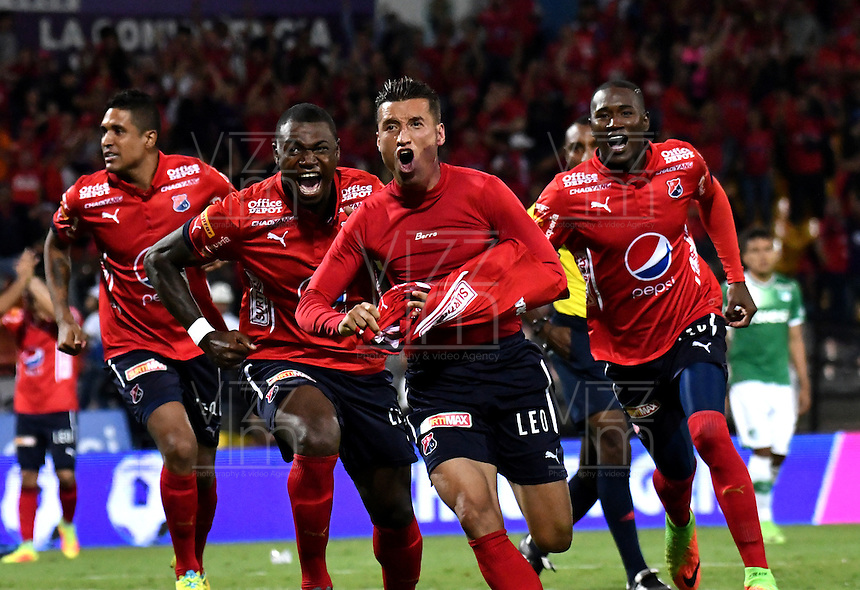 MEDELLIN - COLOMBIA -04-03-2017: Jhon Hernandez (Cent.), jugador Deportivo Independiente Medellin celebra el gol anotado a Deportivo Cali, durante entre Deportivo Independiente Medellin y Deportivo Cali, por la fecha 8 de la Liga Aguila I 2017, en el estadio Atanasio Girardot de la ciudad de Medellin. / Jhon Hernandez (C), player of Deportivo Independiente Medellin celebrates a scored goal to Deportivo Cali, during a match between Deportivo Independiente Medellin and Deportivo Cali for the date 8 of the Liga Aguila I 2017 at the Atanasio Girardot stadium in Medellin city. Photo: VizzorImage  / Luis Ramirez / Staff.