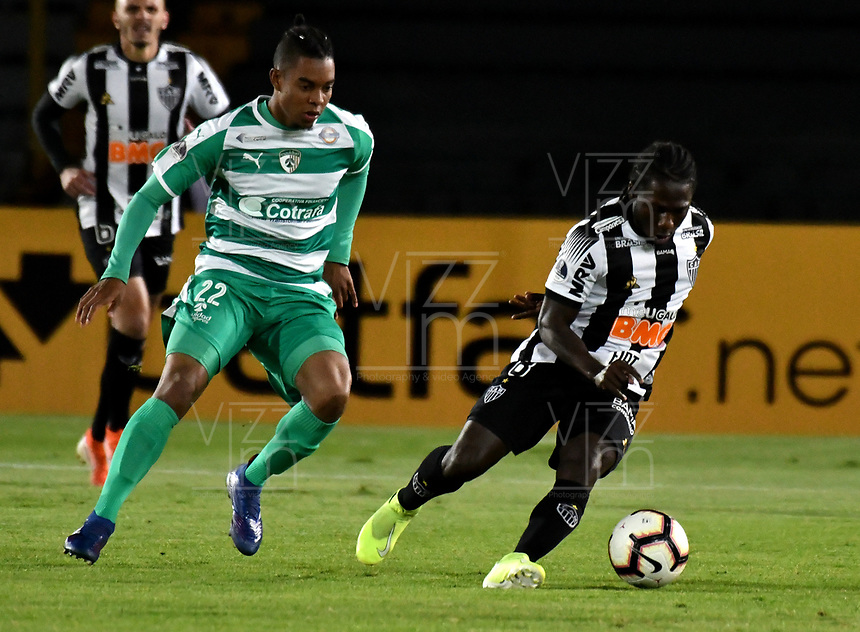 BOGOTÁ-COLOMBIA, 27-08-2019: David Camacho de La Equidad (COL) y Chará de Atlético Mineiro (BRA), disputan el balón, durante partido de vuelta de los cuartos de final entre La Equidad (COL) y Club Atlético Mineiro (BRA), por la Copa Conmebol Sudamericana 2019 en el estadio Nemesio Camacho El Campin, de la ciudad de Bogotá. / David Camacho of La Equidad (COL) and Chara of Atletico Mineiro (BRA), figths for the ball, during a match between La Equidad (COL) and Club Atletico Mineiro (BRA), of the second leg of the quarter finals for the Conmebol Sudamericana Cup 2019 in the Nemesio Camacho El Campin stadium in Bogota city. Photo: VizzorImage / Luis Ramírez / Staff.