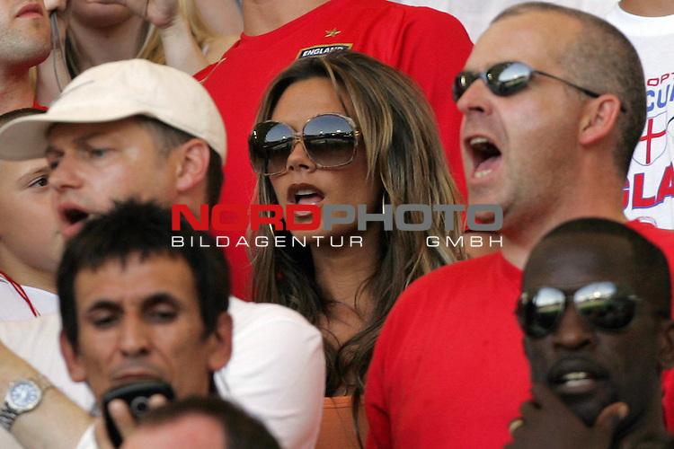 FIFA WM 2006 -  Round of Sixteen - / Achtelfinale<br /> Play    #51 (25-Jun) - England vs Ecuador<br /> <br /> Victoria Beckham (Mitte) auf der Trib&uuml;ne unter den Zuschauern.<br /> <br /> Foto &copy; nordphoto