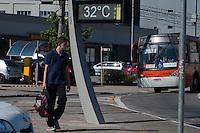 SÃO PAULO - SP - 07,08,2014 - CLIMA TEMPO - Na Avenida Corifeu de Azevedo Marquês no Butantã,zona oeste da cidade de São Paulo, atinge a marca de 32° na tarde dessa quinta-feira,07 (Foto:Kevin David/Brazil Photo Press)