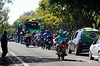 FOZ DO IGUAÇU, PR – 27.03.2020 – CORONAVIRUS-PR –Manifestante realizam buzinaço em frente ao prédio da ACIFI, pedindo reabertura do comércio na manhã desta sexta-feira (27) pelas ruas de Foz do Iguaçu (PR). Em Foz do Iguaçu, o comércio está fechado desde sexta-feira, 20, quando o prefeito Chico Brasileiro decretou situação de emergência. Desde então, apenas estabelecimentos que oferecem serviços essenciais estão abertos e mesmo com restrições. (Foto:Paulo Lisboa/Brazil Photo Press)