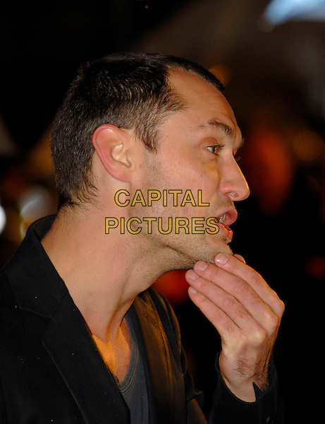 """JUDE LAW.European Film Premiere of """"Sleuth"""" at the Odeon West End, Leicester Square, London, England..November 18th 2007.headshot portrait stubble facial hair profile hand funny face mouth open .CAP/IA.©Ian Allis/Capital Pictures"""