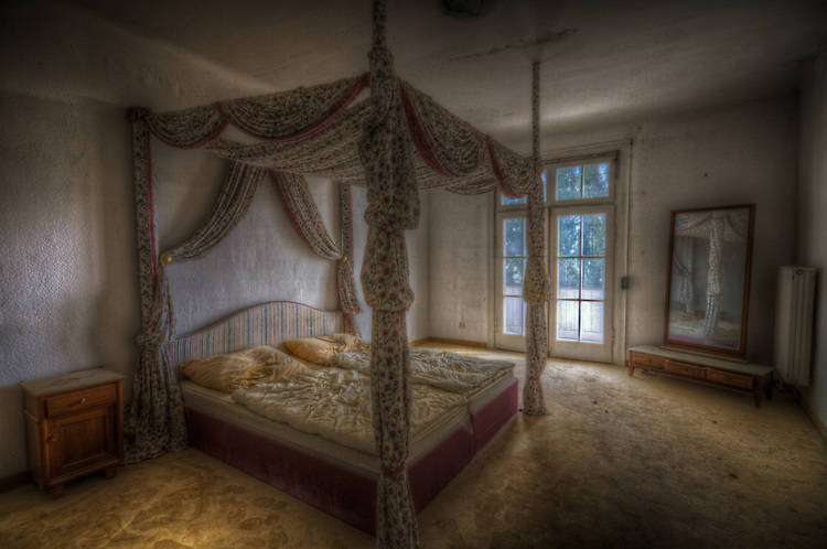 An old hotel in the Black Forest with fourposter bed